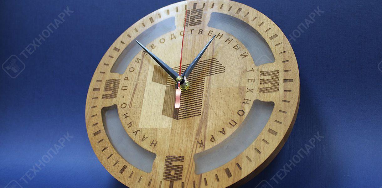 Брендированные часы. Операции: лазерная резка, гравировка, заливка смолой. Материал: дерево, смола.